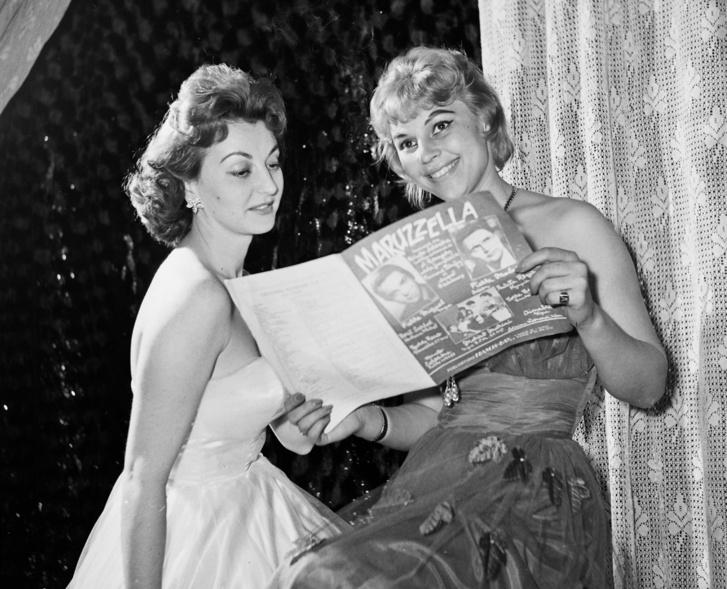1959, Nagymező utca 17., Budapest Táncpalota (Moulin Rouge), Sárosi Katalin táncdalénekes és Felföldi Anikó színművésznő.