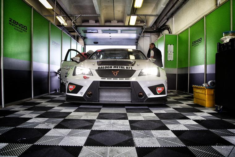 A boxutca romantikája, avagy a Zengő Motorsport Cupra Leónja bevetésre készen