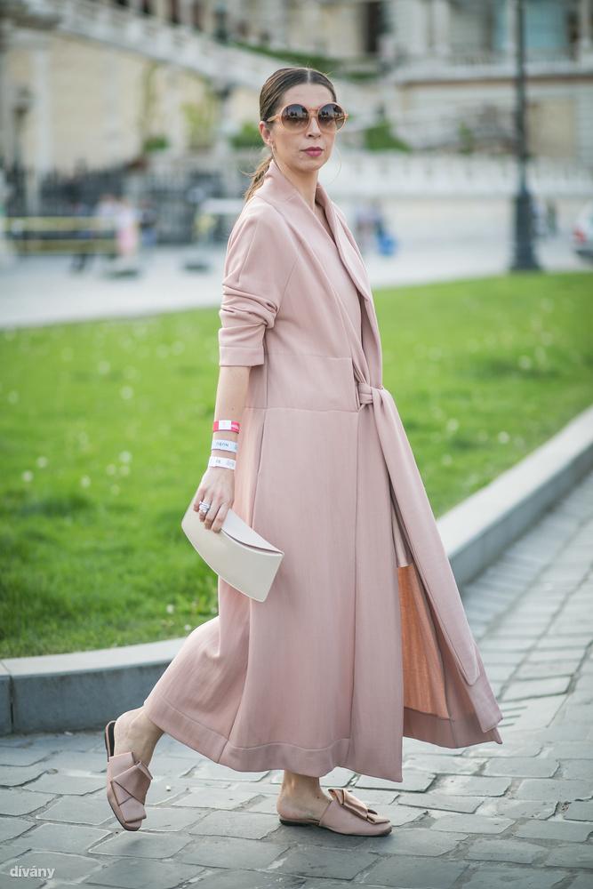 Ha viszont Beatrix, a Mommy and more bloggerének stílusa tetszik, akkor sem kell messzire menni, kabátja az INQ Conceptől, fülbevalója pedig a Leanea Jewelrytől van, és ugye mindkettő magyar márka.