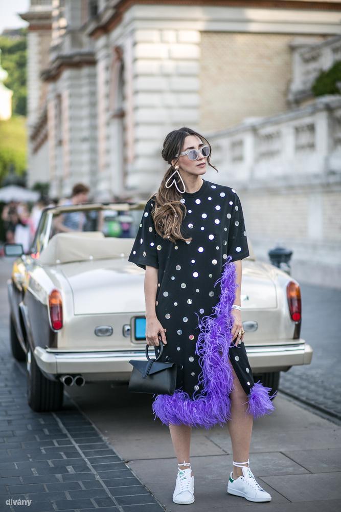 Bizony, a pöttyök megint menők, a lila meg az év színe a Pantone szerint, Diana Enciu pedig azt is megmutatta, hogyan lehet belevinni egy kis csavart az Adidas Stan Smith viselésébe