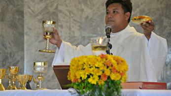 Hátba lőtték a papot, miközben éppen gyerekeket áldott meg