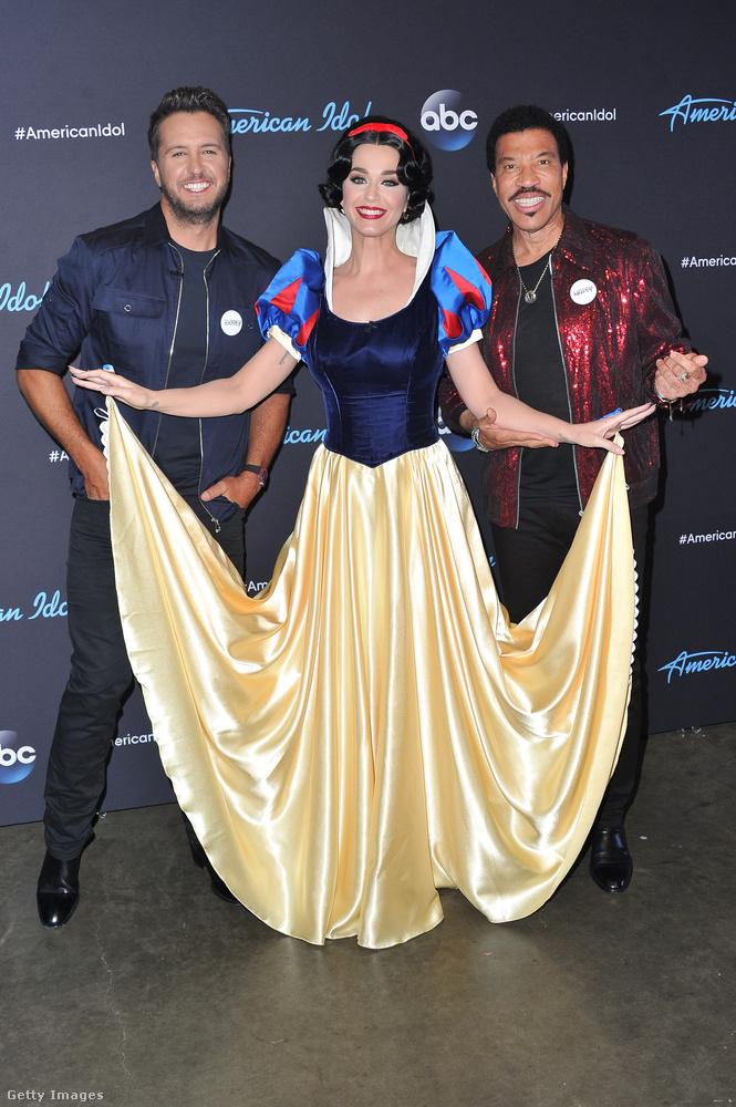 Amint ezen a felvételen látszik, a másik két zsűritagnak nem ment el az esze, csak Katy Perry van jelmezben, Luke Bryan és Lionel Richie normális ruhában van