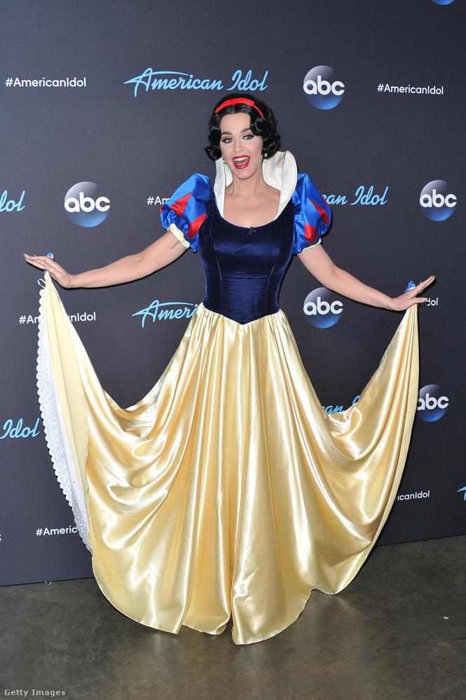 Bár jelmezben kicsit nehéz felismerni, ő Katy Perry szupersztár-énekesnő, aki jelenleg az American Idol című tehetségkutató ezeregyedik évadában a zsűri egyik tagja