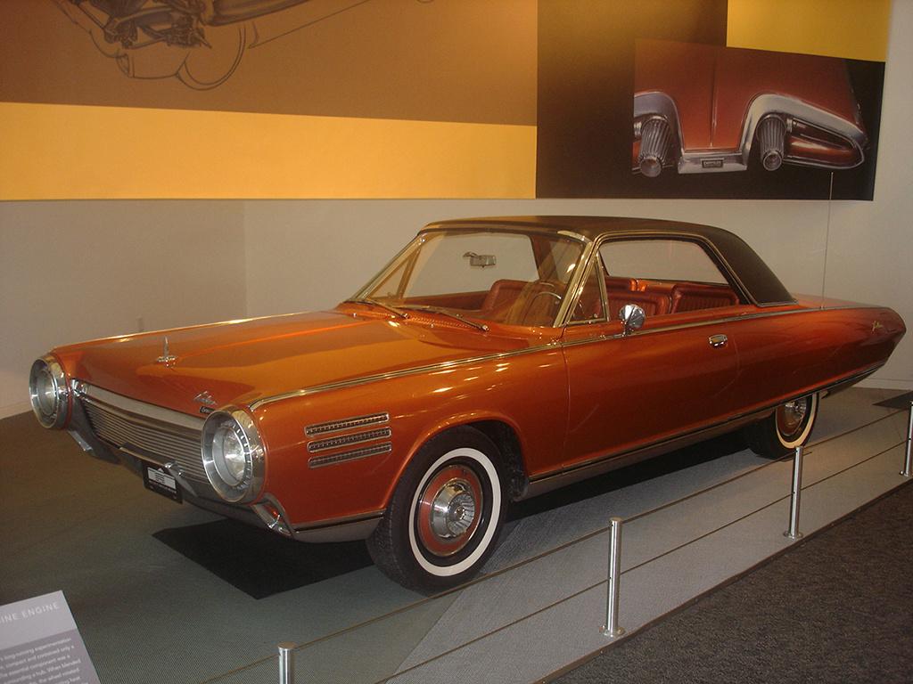Chrysler Turbine Car (1964)  Mivel olcsó volt az üzemanyag, a Chryslernél úgy gondolták, hogy ideje megpróbálni egy olyan gázturbinás családi autó piacra dobását, amely elterjedhet az Államokban. A Turbine Car fejlesztése az ötvenes évek végén kezdődött, és egy igen jól átgondolt, sorozatban is gyártható családi autó jött létre. A turbina kisebb lett, mint az akkori V8-as motorok, sikerült megoldani a hűtését és a gázok elvezetését is. Nagyon jó formatervet kapott az Turbine Car kívül-belül, apró a gázturbinára utaló részletekkel. A vevők és az akkori sajtó el volt ragadtatva az autó formájától, többen az akkori legszebb amerikai autónak tartották. A programba rengeteg pénzt ölt a Chryslert, és így nagyon drágák lettek volna a kereskedelmi forgalomba került kocsik, és bárkit kizabáltak volna a vagyonából.