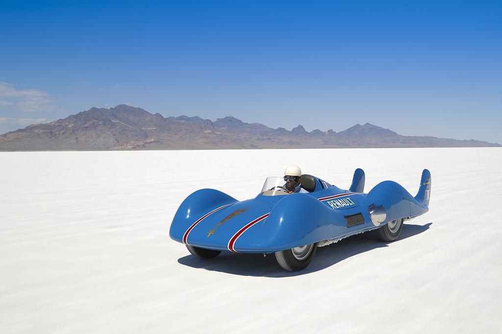 Renault Étoile Filante (1956) A francia hajtóműgyártó, a Turbomeca 1954-ben felkereste a Renault-t, hogy építsenek közösen egy gázturbinás versenyautót. Hosszú kísérletezés és tesztek után 1956-ra elkészült a Renault versenyautója, amelyet az USA-ba szállítottak a híres Utah állambeli Bonneville Speedwayre, ahol az Étoile Filante 307 km/h sebességgel világrekordot állított fel a gázturbinás autók között. A Renault sokáig azt tervezte, hogy egy másik versenyautót is építenek, de erre nem került sor, hiszen addigra kiderült, hogy a gázturbina nem a legjobb választás az autókhoz. Így az Étoile Filante az egyetlen gázturbinás francia autó a mai napig.