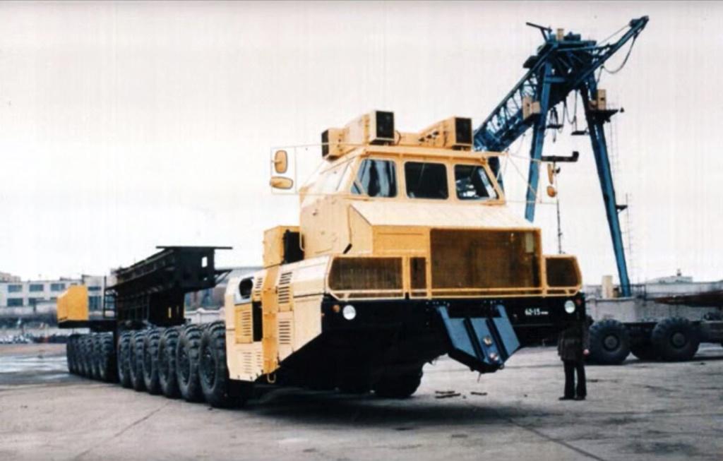 MAZ 7907 (1993) A világ mai napig, legnagyobb teherbírású gumikerekes járművének a fejlesztése 1984-ben kezdődött. Az oroszok célja az volt ezzel, hogy egy olyan járművet hozzanak létre, amellyel egy háború esetén el tudják vinni a hátországba, a SS-24 ICBM interkontinentális ballisztikus rakéta mobil állásból is indítható változatát, a Celina 2-t. A fejlesztés nagyon nyögvenyelősen haladt, egészen 1993-ig kellett várni, mire elkészült az első négy prototípus, igaz ebből csak kettő teljes értékű. Ekkora már nem igazán volt szükség a 24 kormányzott és hajtott kerekes, 220 tonna hasznos terhelhetőségű járműre, amelynek erőforrása a T-80-as harckocsiból ismert, 1250 lóerős, Klimov GTD-1250-es. A 90-es évek végéig néha-néha találtak munkát a hatalmas járműveknek, de hosszú évek óta nem dolgozik egyik sem. Jelenleg nem túl jó állapotban egy-egy oroszországi múzeumban tekinthetőek meg a monstrumok.