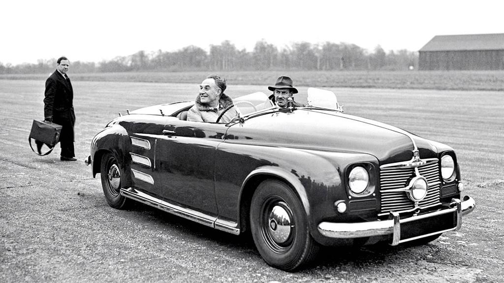 Rover JET 1 (1952) Az angol cég 1950-ben építette meg az első, autókban is elférő gázturbináját. A hajtáshoz megfelelő kaszni viszont csak 1952-re készült el, és még ebben az évben 208 km/órás sebességrekordot állított fel az autó. Néhány hónappal később, egy lezárt belgiumi autópályán a JET 1-gyel újabb sebességrekordot állítottak fel, ezúttal 240 km/órát értek el. A JET 1 volt a világ első gázturbinás autója, amire a sebesség rekordoknak köszönhetően, hamar felfigyeltek, így mások is követték az angol gyár példáját.