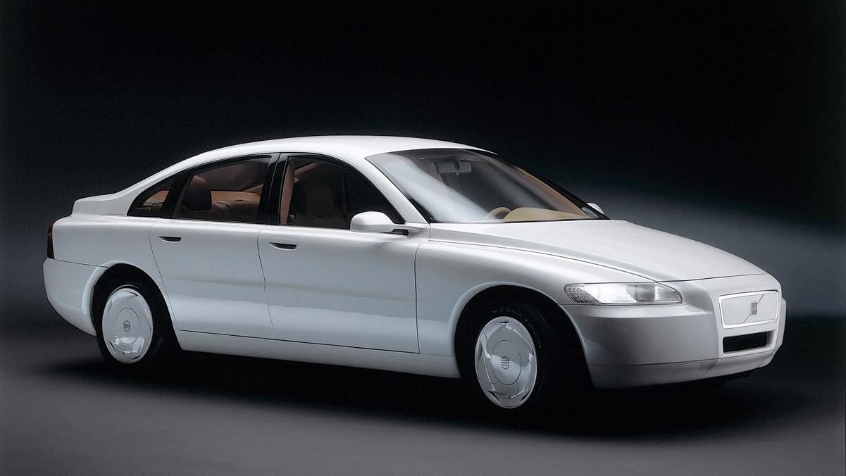 Volvo ECC - Environmental Concept Car (1992) Bár ránézésre egy kicsit béna, első generációs Volvo S80-nak tűnik, ezt a tanulmányautót hat évvel korábban építették, hogy a jövő biztonsági rendszereit és hajtásrendszerét demózzák. A biztonsági fejlesztések a 850-esben is benne voltak, mint például a támlából kihajtható gyermekülés vagy a SIPS, azaz az oldalvédelem, viszont a gázturbinás hajtás soha nem került Volvo személyautóba. Az ECC karosszériáját alumíniumból építették, és valójában gázturbinás-elektromos hibridautó volt, méretéhet képest egész könnyű lett: 1580 kilós volt. A gázturbina egy generátort hajtott, az ECC tisztán elektromos módban is tudodd közlekedni, de ez hozzáadott 10 másodpercet a nullaszázas gyorsulásához, ami egyébként 13 másodperc volt, ha ment a gázturbina is. A gázturbina csúcsteljesítménye 95 lóerő volt, de tartósan pedig 76-ot tudott leadni. A tanulmányautó a Volvo gyári múzeumában pihen manapság, dizájnja pedig hosszú évekre meghatározta a Volvók formavilágát.
