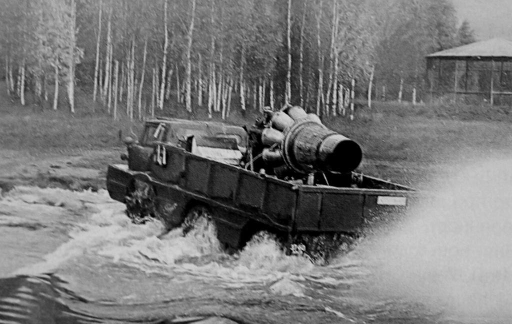 ZIL-132P (1969) Teljesen más utat választott a Szovjetunió. Már a kezdetektől inkább a haszon- és katonai járművekben szerették volna alkalmazni a gázturbinát. Ilyen volt a ZIL-132 is, amely egy háromtengelyes, kétéltű terepjáró katonai gépjármű. A ZIL-132-es gázturbinás P változatánál a NAMI mérnökei nem sokat gondolkoztak, egyszerűen ráerősítettek egy MIG-15-ös Klimov hajtóművet, amelyet összekötöttek az osztóművel. A jármű így nem igazán hozta az elvárt értékeket, ugyanis a hajtómű alig néhány perc működés után, mindenféle hűtés nélkül vészesen túlmelegedet, majd alig néhány indítás után teljesen tönkre is ment. Ha másra nem is, arra mindenképpen jó volt a kísérlet, hogy az oroszok megtudják, a gázturbinához jó hűtés is kell.