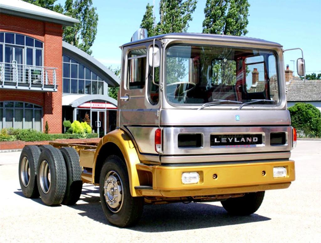 Leyland 2S/350/R Turbo (1968) Ahogy az USA-ban, úgy a briteknél is hamar kiderült, hogy a gázturbina kevés jó tulajdonsága nem igazán hasznosítható a személyautókban. Ezért az angolok is inkább a haszonjárművek felé fordultak a hatvanas évek végén. A Leyland a hatvanas évek közepén, a Rovertől átcsábított mérnököket alkalmazott arra, hogy egy új, 400 lóerős, haszonjárművekbe való gázturbinát tervezzenek. Az elkészült turbinát egy Leyland teherautóba építették be. A tesztek sikeresek voltak, a sofőrök és gyár mérnökei is meg voltak elégedve az eredményekkel, azonban a teljes koncepció további fejlesztésre szorult, amely végül az íróasztal fiókjának mélyére került. A prototípust lelkes amatőrök néhány évvel ezelőtt felújították.