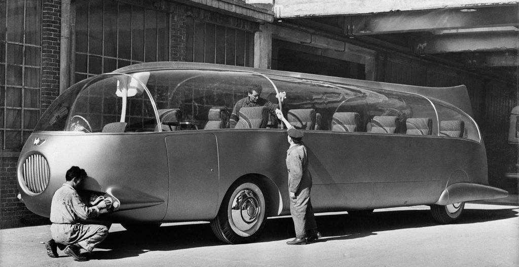 Golden Dolphin (1956) A nevével ellentétben ez a 11,5 méter hosszú, 18 személyes busz nem az angolszász világban, hanem Olaszországban, a Viberti cégnél született. Az 1956-os genfi autószalonon bemutatott prototípusban egy, a padló alatt elhelyezett, 400 lóerős gázturbina dolgozott, amely a tervezők szerint 200-as tempóig repítette volna a Golden Dolphint. A busz karosszériája az akkor még újdonságnak számító műanyagból, az ablakai pedig plexiből készültek. A szaksajtó hamar szkeptikus lett a busszal kapcsolatban: elsősorban a végsebességet, a szűk utasteret és a szűk beszálló ajtót kritizálták. De hamar elterjedt, hogy a jármű nem tud mozgásba lendülni, hiszen nincs benne hajtómű sem, és hogy a nagy fogyasztás miatt túl drágák lennének rá a jegyek. A Golden Dolphin azonban több forrás szerint is mozgott, így valószínűleg ennek a járműnek is magas fogyasztás tette be végül az ajtót.