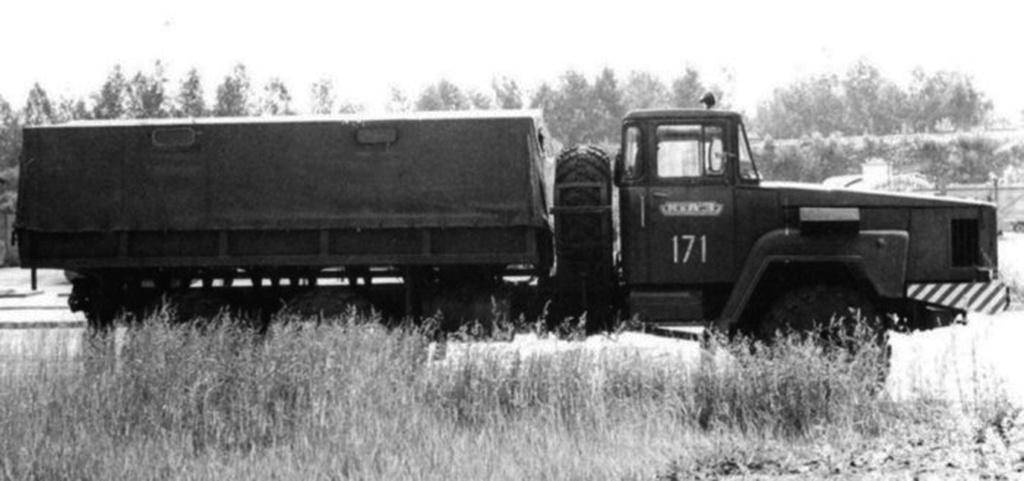 KrAZ E260E (1976) Az orosz mérnökök a hetvenes évek elejére úgy döntöttek, hogy a mindenevő, nagy fordulatszámú és nyomatékos gázturbinákat a katonaság által használt járművekbe fogják beépíteni a jövőben. Ezért az egyik prototípus KrAZ 260-ast átalakították gázturbinássá. Mivel a JaMZ motornál nagyobb helyigénye volt a gázturbinának, ezért a csőrös jármű orrát meghosszabbították. Ide egy 360 lóerős 33000-es fordulatú gázturbinát építettek be, amely a beszámolók szerint a kissé hanyagul összeszerelt 260-ast konkrétan szétverte, az alkatrészek lepotyogtak a teherautóról. Később, amikor már sorozatban gyártották a 260-ast, inkább nem kísérleteztek ezzel a megoldással, ugyanis beütött az olajválság.