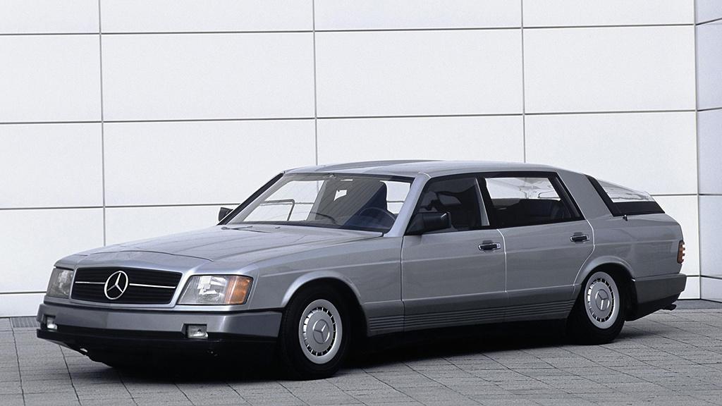 """Mercedes 2000 Concept (1981) A német szövetségi kutatási és technológia minisztérium az olajválság idején, egy olyan projektet indított, """"Auto 2000 projekt"""", amelynek az volt a célja, hogy bemutassa, milyen autók fognak közlekedni az ezredforduló környékén. A fő célok a fogyasztás csökkentése, maximum 11 literre száz kilométerenként, valamint a 400 kilogrammos hasznos terhelés és a maximális 2,17 tonnás tömeg. A Mercedes a célok eléréséhez, a súlycsökkentésen és a légellenállási együtthatón kívül, háromféle hajtásrendszert használt. A három közül az egyik egy kicsi, kompakt 240 lóerős gázturbina volt, amit a súlycsökkentés miatt választottak a német mérnökök, hiszen nem volt szükség vízhűtésre. Ez a turbina került a megépített koncepcióautóba is. A Mercedes 2000 Concept jelenleg a Mercedes stuttgarti múzeumában tekinthető meg, üzemképes állapotban."""