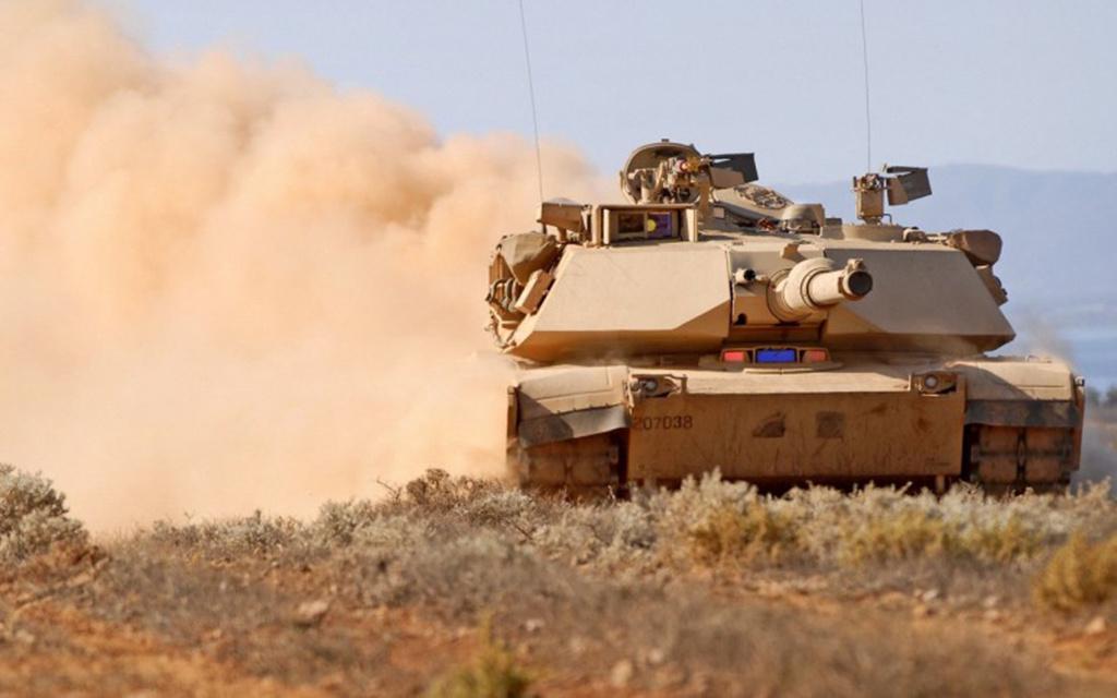 M1A1 Abrams nehéz harckocsi (1980) Hogy-hogy nem, az amerikai hadsereg is arra a megállapításra jutott, hogy a gázturbináknak a harckocsikban van a leginkább értelme. Az Abramst a Chrysler Defense cég tervezte és itt jöttek jól a Chrysler Turbine Carnál szerzett gázturbinás tapasztalatok. Így már nem volt kidobott pénz a sok korábbi fejlesztés, ugyanis felépítését tekintve az Abrams nehéz harckocsi gázturbinás hajtóműve ugyanolyan, mint a Turbine Caré. Az 56 tonnás, kompozit páncélzatú harckocsit jelenleg a General Dynamics gyártja, és eddig több mint 9000 darab készült belőle.