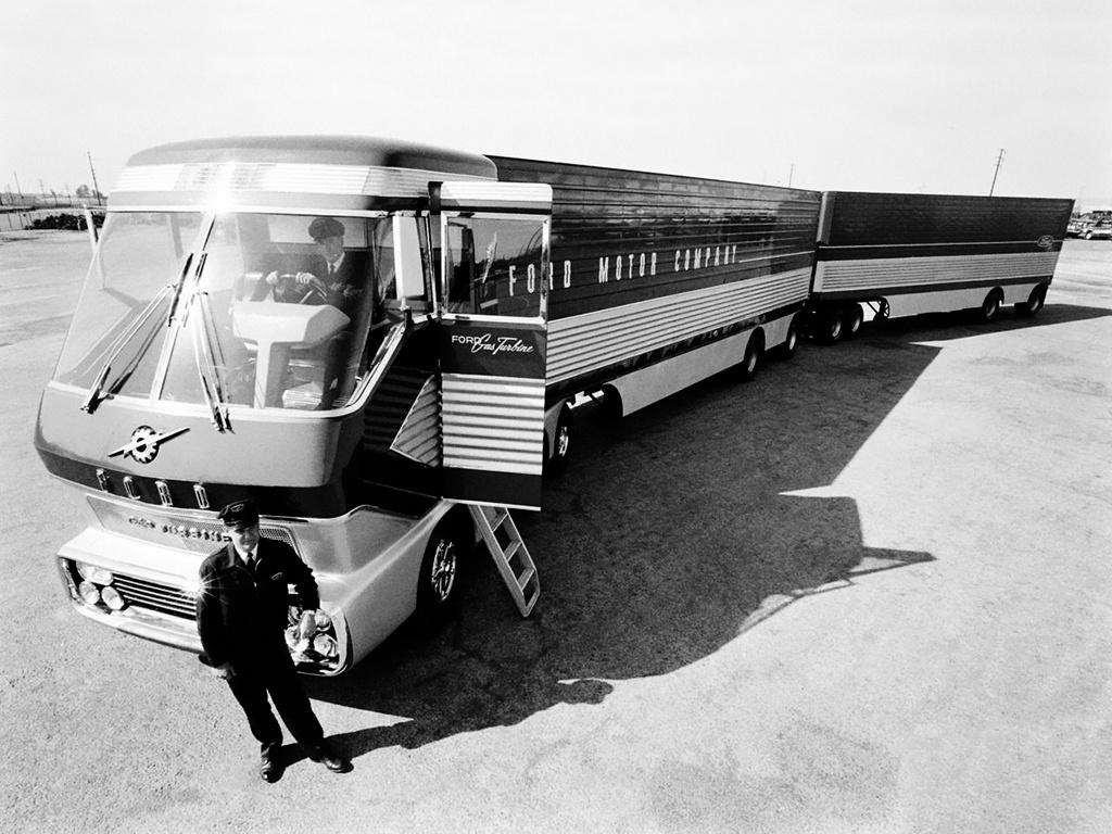 """Ford Big Red (1964) A Ford sem akart lemaradni a nagy riválisoktól, ezért egy igencsak figyelemre méltó koncepció-teherautót építettek, természetesen gázturbinás hajtással. A gyár képviselői az 1964-es New York-i világkiállításon mutatták be, ahogy ők mondták a """"mi lenne, ha?""""-teherautójukat. A 28 méter hosszú járműszerelvény 60 tonna teherbírású volt, a vontató rész padlója alatt volt egy átalakított 800 lóerős repülőgép-gázturbina. A jármű a világkiállítás alatt, egyedi útvonalengedéllyel bejárta az USA államait, ahol feltűnt mindenhol elaléltak tőle! Ráadásul a Ford számításai szerint egy tank üzemanyaggal (azaz kerozinnal) 600 mérföldet, mintegy 816 kilométert tehetett meg, ami már a dízel teherautók hatótávolságával vetekedett. Hiába a kiváló konstrukció, a Ford nem hasznosította a tapasztalatokat és nem is foglalkozott tovább a gázturbinával, csak megmutatta, hogy ilyet is tud. A Big Red rajongói és a Ford is évek óta keresi a valahol rozsdásodó járművet, hogy rendbe hozhassák, de nem találják. Aki tudja, hol rohad, szóljon."""