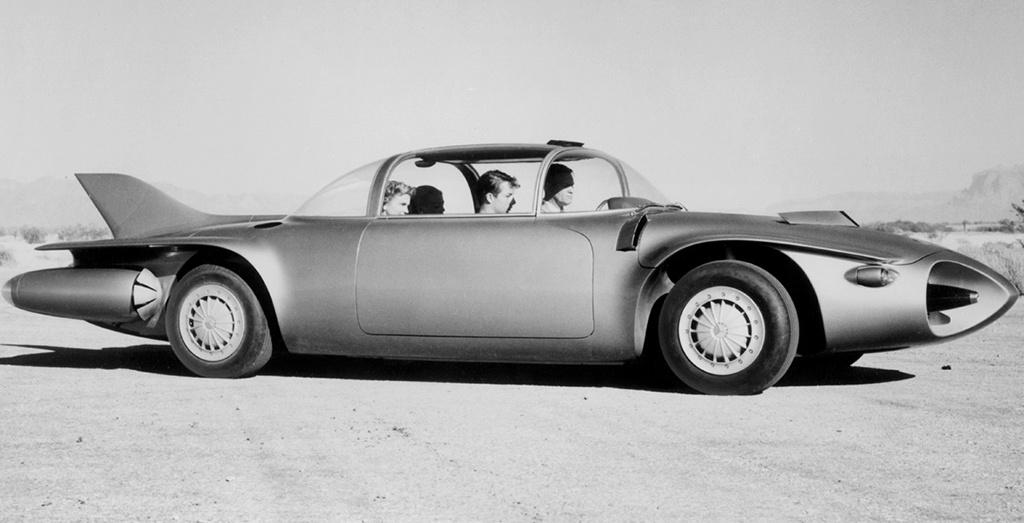 GM Firebird II. (1956) A General Motorsnál nem úgy vélekedtek, mint a franciáknál. Az üzemanyagot aprópénzért árulták, a gázturbinás autóknak pedig az volt az egyik, és talán egyetlen előnye, hogy gyakorlatilag bármilyen üzemanyaggal lehetett tankolni őket. A General Motors (GM) első gázturbinával hajtott autója a Firebird volt, amely egy repülőgépre hasonlított, és állítólag borzalmasan viselkedett az úton, ezért 1956-ra a GM elkészítette a Firebird II.-t. Ez már sokkal praktikusabb volt, mint az első Firebird. Négy ülése volt, mind négy kerekéhez tartozott tárcsafék, buborékablaka volt és a hátulja titánból készült. Egy érdekes irányítórendszert is kapott a koncepcióautó. Az útfelületbe épített érzékelők irányították volna az autópályákon a Firebird-öt. A nagy sikerre való tekintettel a GM elkészítette a Firebird III-ast és IV-est is, de a cég nem vállalta be a gázturbinás autók sorozatgyártását.