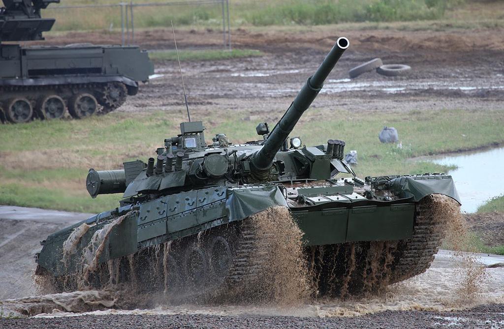 T-80 közepes harckocsi (1976) Majd harminc évnyi próbálkozás után a Szovjetunióban végre megtalálták, hogy hol lehet létjogosultsága, az ekkorra már megbízhatóan működő gázturbináknak. Természetesen a harckocsikban. A T-64-es közepes harckocsi bázisán kifejlesztett, szintén közepes T-80-as prototípusa 1969-re készült el, egy ezer lóerős, Klimov GTD-1000-es gázturbinával. A mérnökök azonban rájöttek arra, hogy a nagy teljesítményű gázturbina olyan manőverező képességet biztosít a harckocsinak, amelyet a futómű nem igazán bír el, ezért azt teljesen áttervezték. A T-80-asokat többször is modernizálták, többek között új GTD-1250-es, 1250 lóerős gázturbinát építettek be. Napjainkban az orosz szárazföldi erők gerincét alkotják a T-80-asok és azok továbbfejlesztett változatai. A T-80-as harckocsi a világ első sorozatban gyártott gázturbinás szárazföldi járműve.