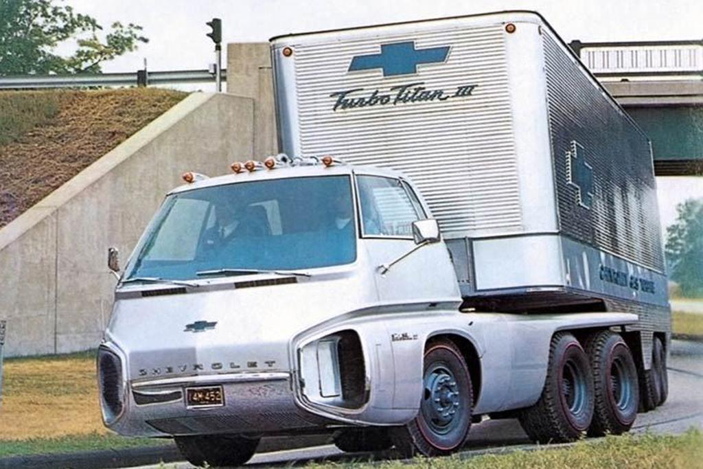 Chevrolet Turbo Titan III. (1965) A GM annyira komolyan gondolta a gázturbinás járművek fejlesztését, hogy a két gyári Chevrolet teherautó gázturbinássá alakítása után, 1965-re megalkották a teljesen új karosszériájú Turbo Titan III-at, amelyet kereskedelmi forgalomban is értékesíteni kívántak. A 38 tonna összsúlyú teherautót rozsdamentes acél és műanyag elemekkel burkolták. A fényszórója rejtett, befordítható volt a hatalmas homlokfali beömlőkbe építve. A gázturbina egy 750 lóerős GM volt, amelyhez egy különleges kialakítású alumínium adapterrel csatlakozott egy Allison-váltó. A Turbo Titan III-nak nem volt kormánya, két forgatható karral lehetett vezetni. A kereskedelmi forgalomba való megjelenésnek lett volna létjogosultsága az egyre bővülő autópálya-hálózatnak köszönhetően, és a UPS rendelt is tíz darabot a Turbo Titanból, azonban 1967-ben egy új környezetvédelmi szabálynak köszönhetően nem állhattak forgalomba a teherautók. Az új szabályoknak való megfelelés újabb dollármilliókat emésztett volna fel, ezért a GM törölte a projektet. A Turbo Titan III-ról sem lehet tudni, hogy mi lett a sorsa.