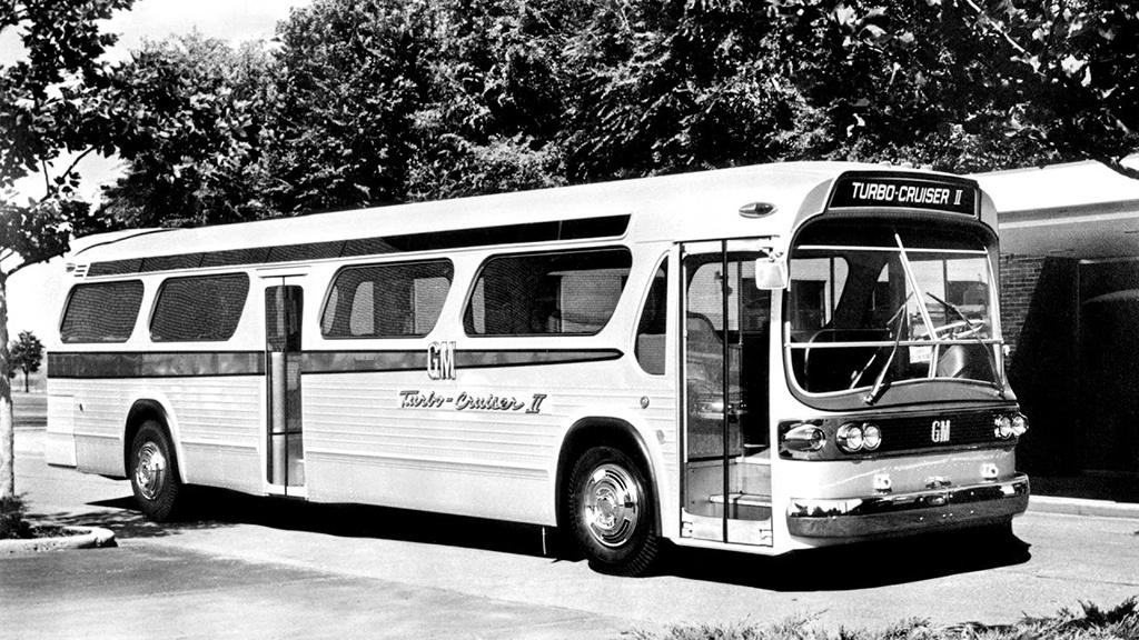GM Turbocruiser II. (1964) A Chrysler rengeteg pénzt ölt a gázturbinás kísérletekbe, persze nem akart lemaradni a GM sem. Hamar bizonyossá vált, hogy a személyautókba a hatvanas évek technológiai szintjén nem éri meg beépíteni a gázturbinát, ezért a gyártók fokozatosan a haszonjárművek felé fordultak. A GM is így tett, már 1960-ban beépítettek egy gázturbinát egy GM TD buszba, Turbocruiser I, majd 1964-ben egy új fejlesztésű turbinát, az akkor új New Look buszba. Ez lett a Turbocruiser II. amely körbejárta az Egyesült Államokat, de végül egyetlen cég sem vásárolt a típusból. A GM nem adta fel a kísérletezést, újabb és újabb gázturbinákat fejlesztettek, de a busz kasznija maradt a New Looké. A GM eljutott egészen a Turbocruiser V-ig, amikor is beütött az olajválság, és nem is lett kérdés, hogy már nem éri meg tovább kísérletezni.