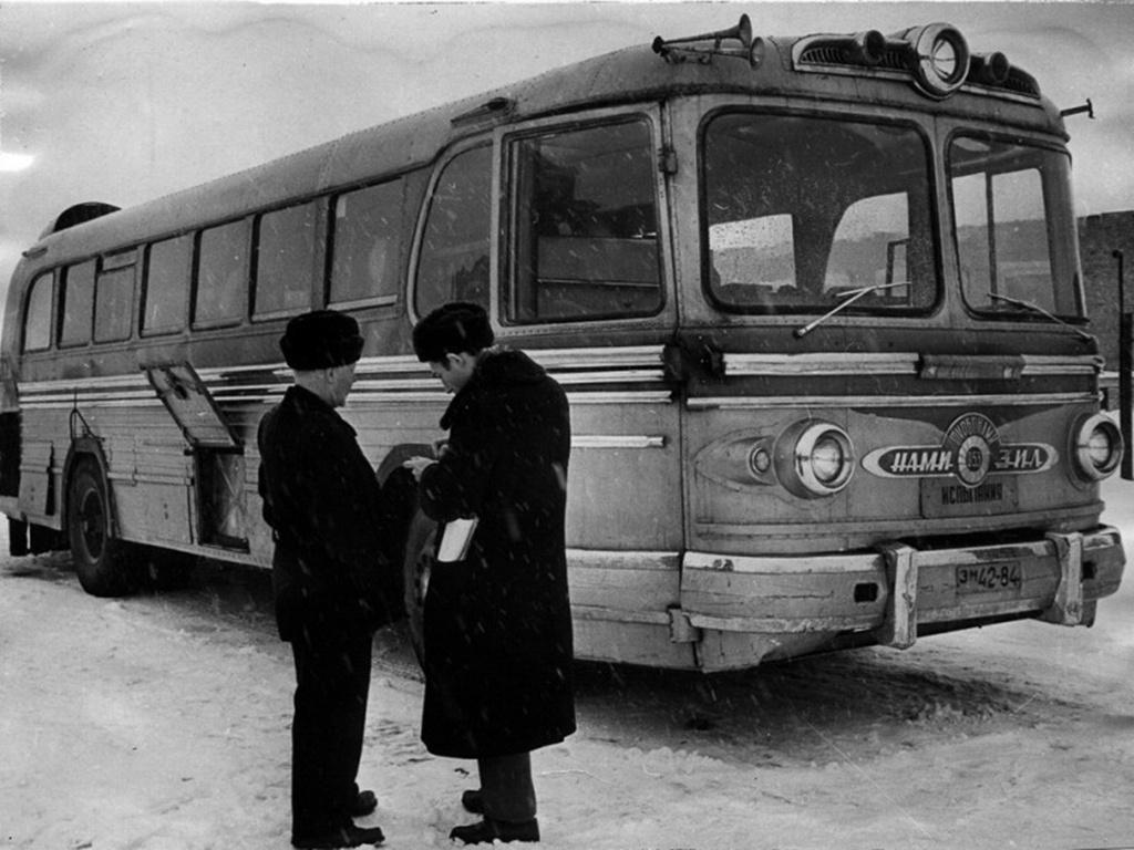 ZISZ 127 Turbo/NAMI-053 (1959) A szovjet autókísérleti iroda (NAMI) 1959-re fejlesztette ki a ZISZ-127-es gázturbinás változatát, a NAMI 053-ast. A gázturbinás buszban mindössze tíz ülőhely volt, ugyanis kellett a hely a többi berendezésnek. A 360 lóerős gázturbina segítségével a NAMI-053-as a tesztek alkalmával 164 kilométeres óránkénti sebességet ért el. A járműből a már megszokott ok miatt nem lett sorozat, a gázturbina alacsony fordulaton és állóhelyben rengeteg tüzelőanyagot elfogyasztott, így drága lett volna az üzemeltetni még akkor is, ha jóval nagyobb sebességgel tud haladni a busz, mint benzines vagy dízel társai.