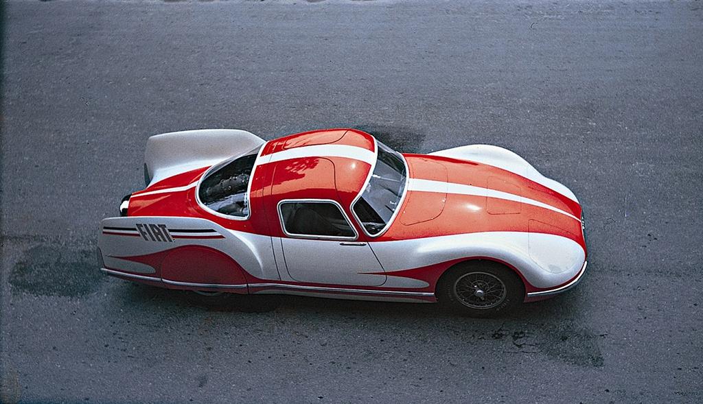 Fiat Turbina (1954) A Rover után a Fiat volt a második, amely épített egy koncepció-versenyautót gázturbinás hajtóművel. A Turbina kasznija 0,14-es légellenállási együtthatójával több mint harminc évig a legáramvonalasabb autó volt a világon. A beépített kétfokozatú turbina 22000-es fordulaton adta le 300 lóerős teljesítményét, amellyel a tervek szerint 250 kilométeres óránkénti sebességet értek volna el. Erre azonban soha nem került sor, ugyanis a beépített gázturbina nemcsak sokat fogyasztott, de hajlamos volt a túlmelegedésre, ezért a továbbfejlesztést ejtették.