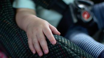 A rendőrök nem lacafacáztak a kocsiba zárt gyereknél: betörték a szélvédőt