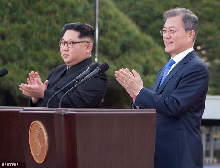 Kim Dzsongun és Mun Dusein történelmi találkozása