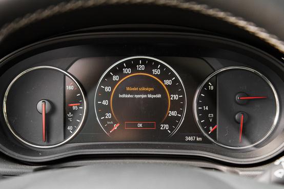 Nyugodtan lehetne teljesen digitális, csak a sebességmérő ne szaggasson