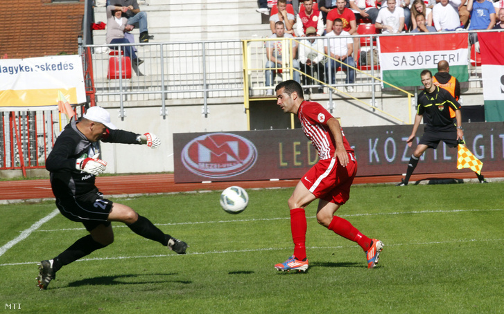 A diósgyőri Fernando Fernandez és a pápai kapus Szűcs Lajos az OTP Bank Liga 30. fordulójában játszott Diósgyőri VTK-Lombard Pápa Termál FC labdarúgó mérkőzésen Miskolcon 2013. június 2-án.