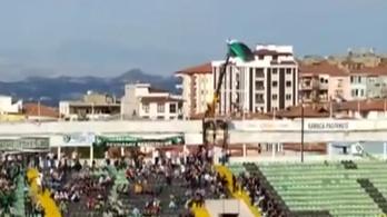 Kitiltották a stadionból, daruról nézte a meccset