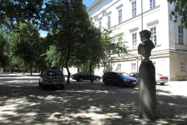 Egészen a közelmúltig a Múzeumkert jelentős része parkolóként funkcionál, a szobrokat pedig véletlenszerűen helyezték el benne, néha egészen méltatlanul