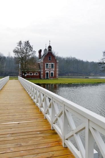 A rekonstruált parktó, a kis szigeten a Hollandi-ház