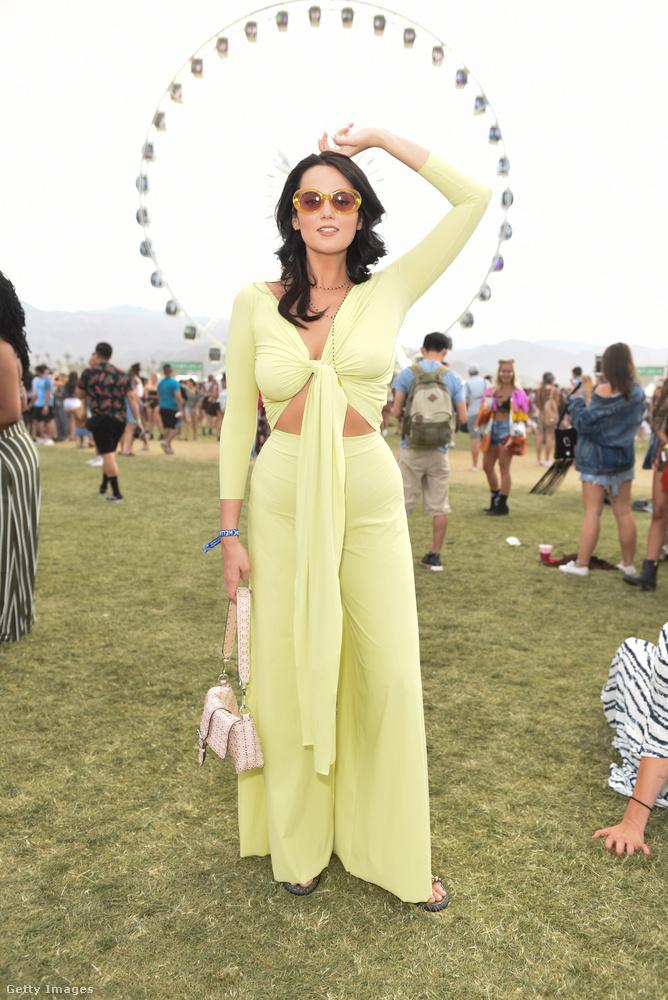 Bele sem merek gondolni, hogy milyen színe volt ennek a szép vaníliasárga ruhának a nap végére.