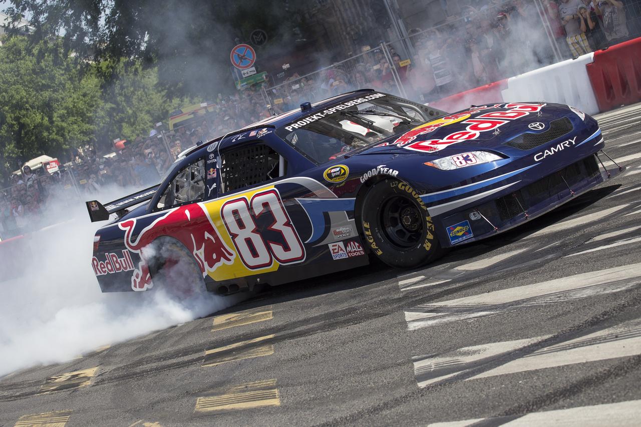 Még egy kis NASCAR-os gumipörzsölés