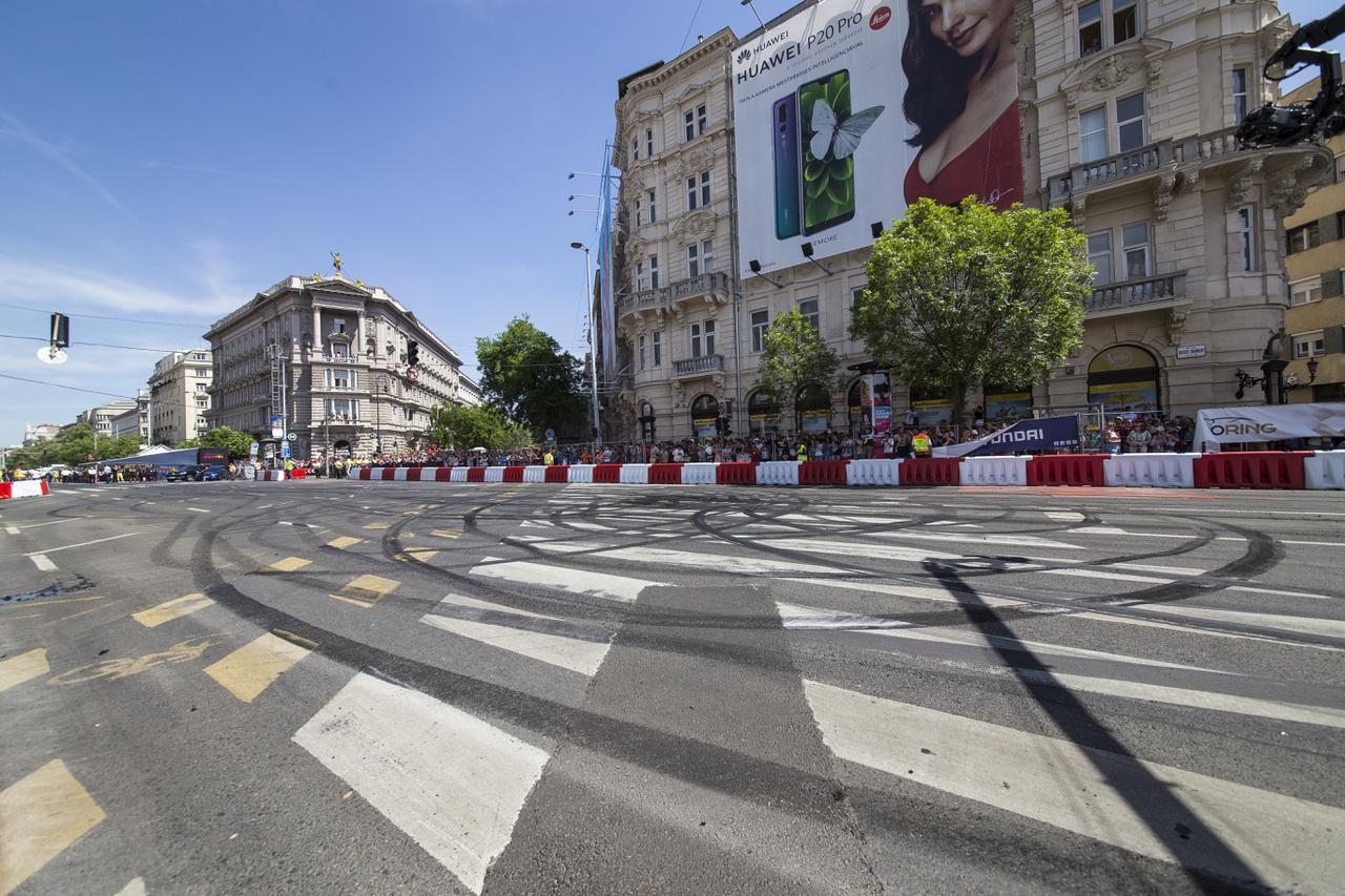 Amikor elcsitul a paddock és a környező utcák, újra az autósok veszik birtokba a környéket, ezek a nyomok még akkor is hosszú hetekig emlékeztetnek majd a május 1-ei felfordulásra a város szívében