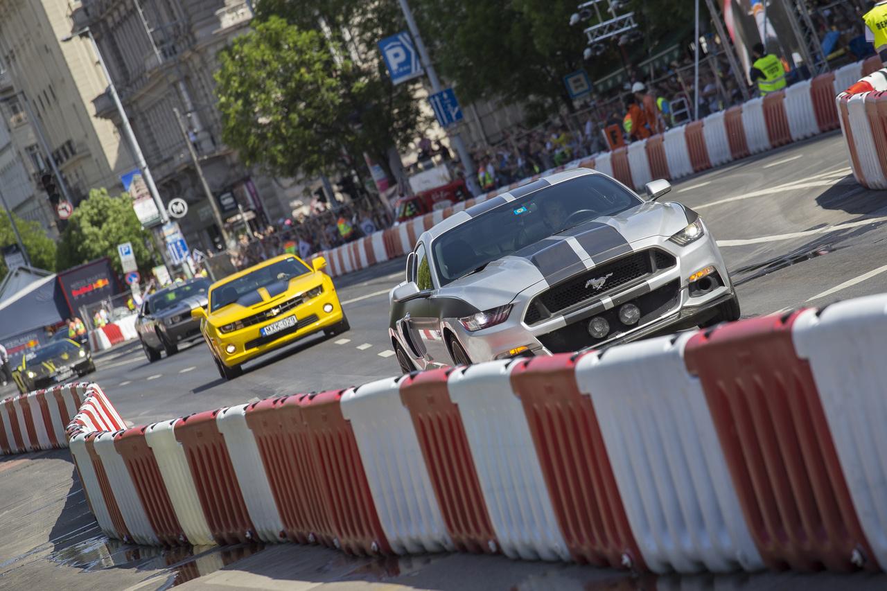 Utcai autók felvonulása a Deák térnél. Mustang, Camaro Dodge Charger és társaik vonulásztak fel-alá egészen a Ferenciek teréig kialakított fordítóig és vissza