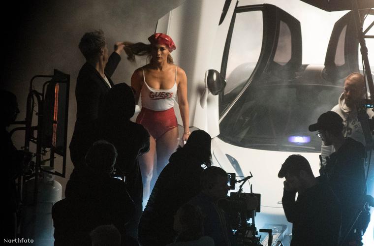 Az énekes-színésznő reklámfilmet fogatott a Guess divatmárkának, ennek pedig elengedetlen kellékei voltak az apró top, a piros PVC forrónadrág és egy több mint egymillió dollárt érő McLaren P1.