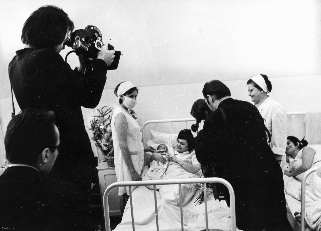 az év első újszülöttje, az MTV forgatócsoportja a kis monori Bozsó Zoltánnál, 1974.