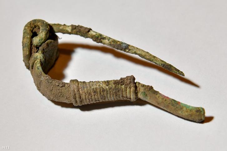 Ezüstből készült fibula (ruhakapocs) a debreceni Déri Múzeumban
