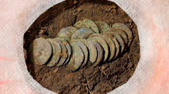 Különleges családi sírt és ezüstérméket találtak Derecskénél