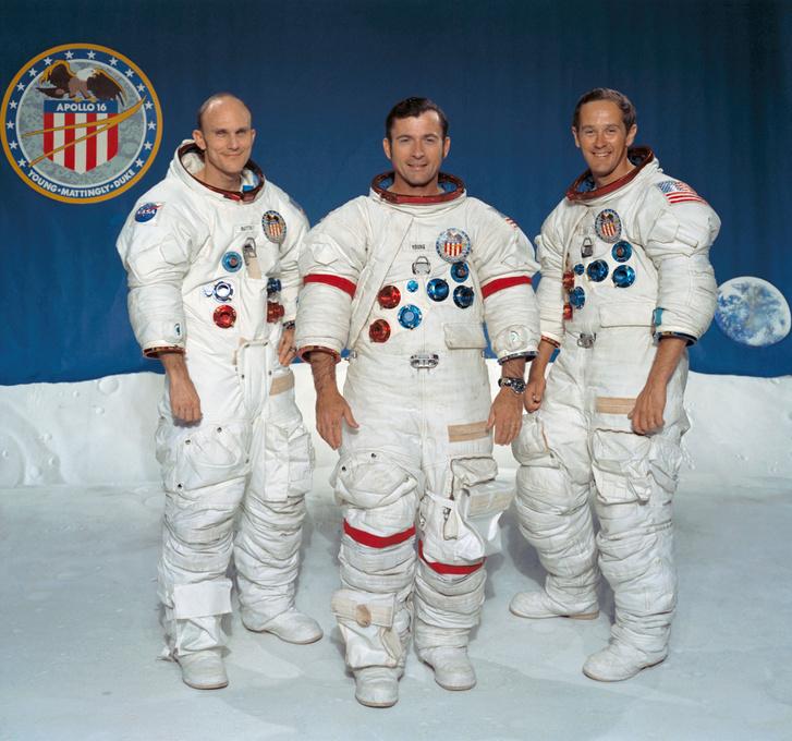 Az Apollo-16 legénységéről készül PR-fotó. Na, ki a főnök? John Young a főnök!