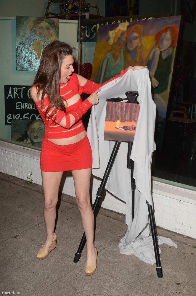 Alicia Arden leleplezi saját kezűleg készített, művészi festményét.