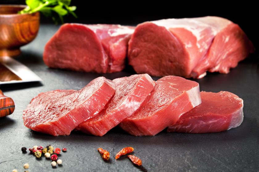 A vörös húsok nem tiltólistásak, de érdemes a legszárazabbakat válogatni közülük. A karaj, a comb, a szűzpecsenye és a borda jó választás, valamint a szív is, míg a lapocka, a csülök vagy a hasalja sokkal zsírosabbak.