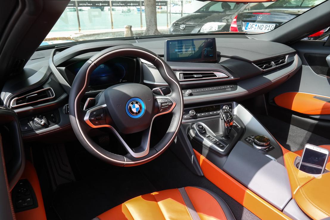 Amúgy ha szupersportkocsit kellene elképzelni BMW-belsővel, az ilyen lenne