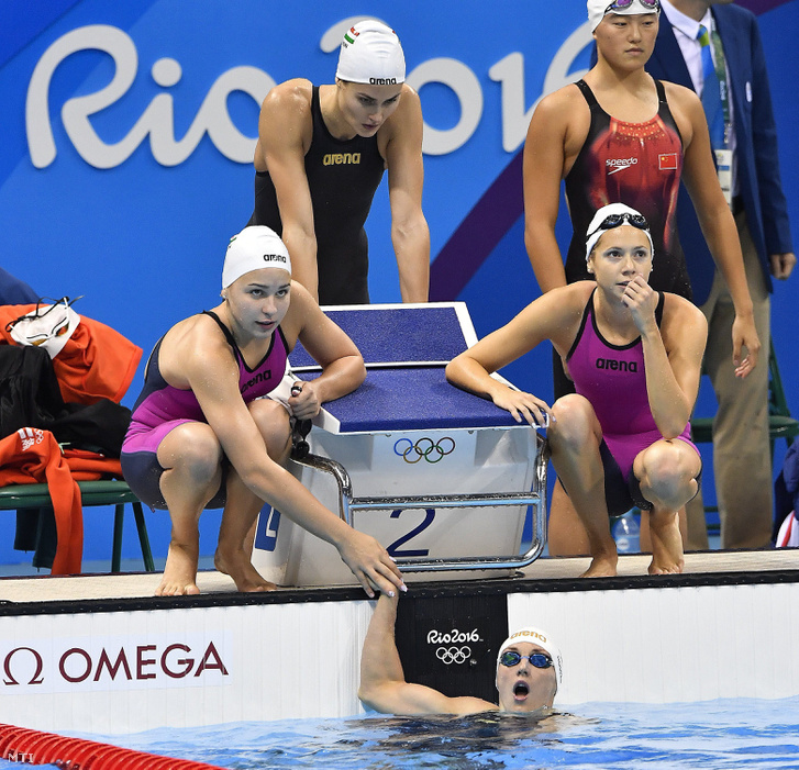 Hosszú Katinka a Hosszú Katinka a célban a 4x200 méteres nõi gyorsváltó döntõjében a riói nyári olimpián a Rio de Janeiró-i Olimpiai Uszodában 2016. augusztus 10-én. Mögötte csapattársai: Késely Ajna (b) Jakabos Zsuzsanna (b2) és Kapás Boglárka (b3).
