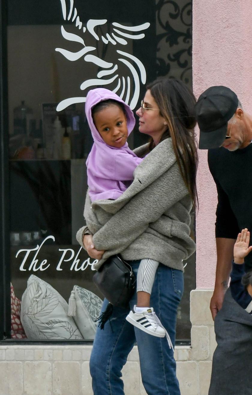 Laila elképesztően édes kislány - láthatóan imádja az anyukáját.