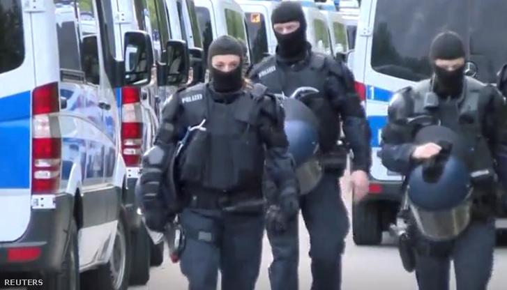 Rendőrök az ellwangeni menekültszálláson