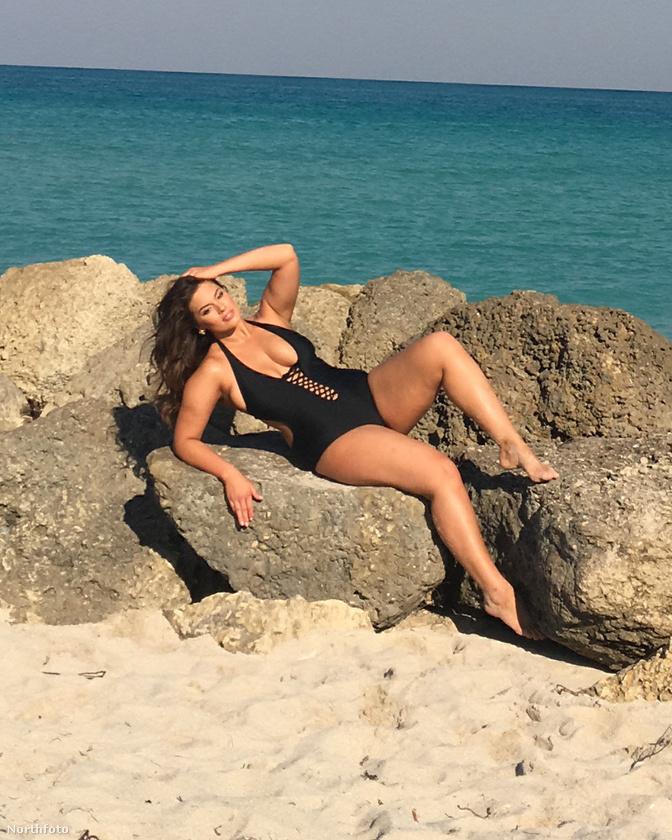 Ha már fürdőruha, akkor temészetes, hogy a modell vízparton fotózták, de azon kívül, hogy mennyire néz ki jó egy fürdőruhás nő a tenger mellett, a fotók más szempontból is érdekesek