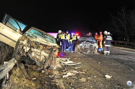 Hárman a helyszínen életüket vesztették a szerda este fél tizenegy körül az M3-as autópálya 42-es kilométerénél, a fővárosból kifelé vezető oldalon történt súlyos baleset sérültjei közül - közölte Beluzsárné Belicza Andrea, a Pest Megyei Rendőr-főkapitányság szóvivője.