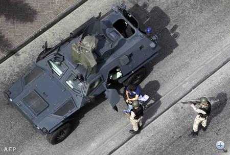 A bahreini nemzeti gárda letartóztatja Alex Delmar-Morgant, a Wall Street Journal újságíróját, aki a Gyöngy térre tartott